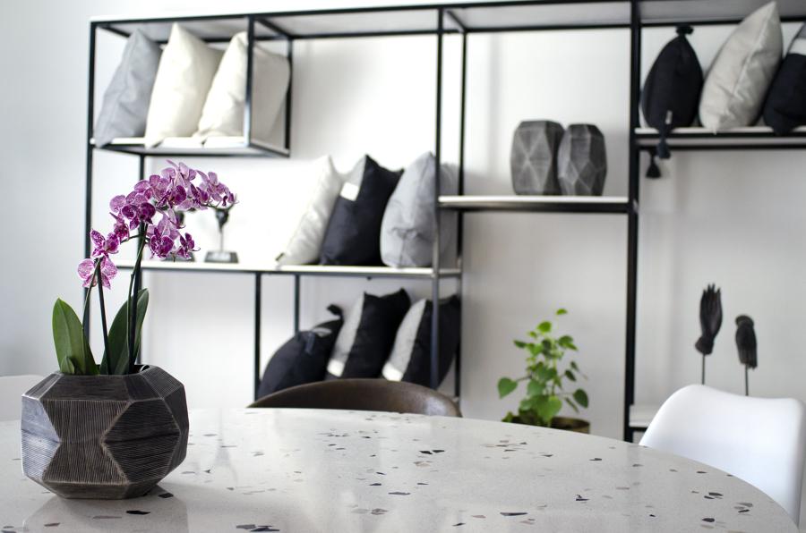 Mesa de concreto pulido y librero en herrería