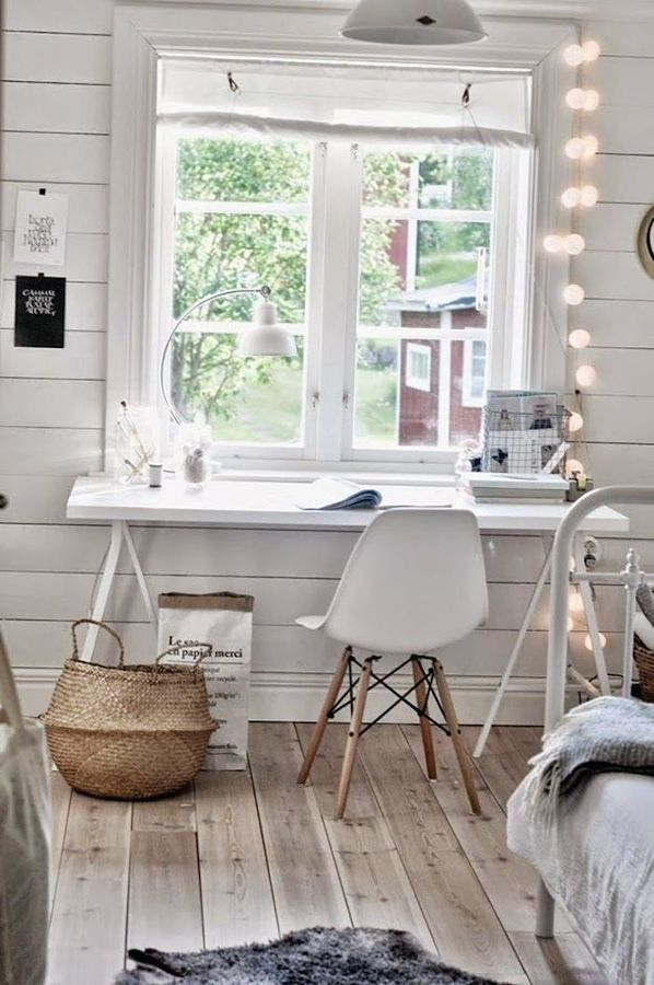 Mesa en la oficina junto a la ventana