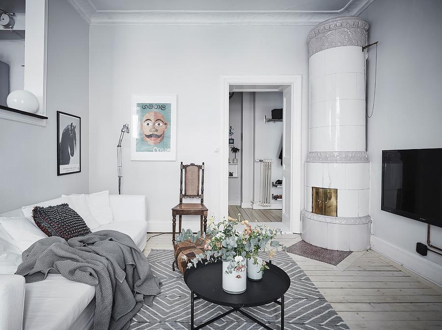 Sala estilo nórdico con mesa de centro metálica y plantas
