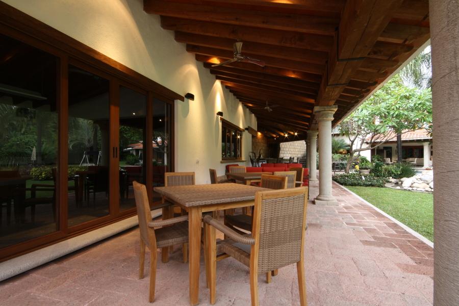 Mesas de juego y sala en la terraza