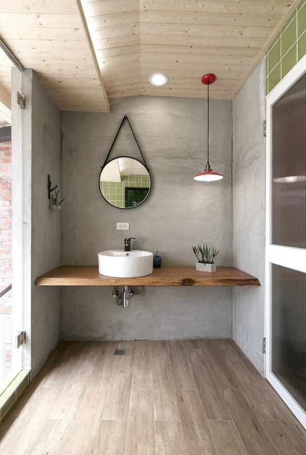 Baño con pared revestida de microcemento