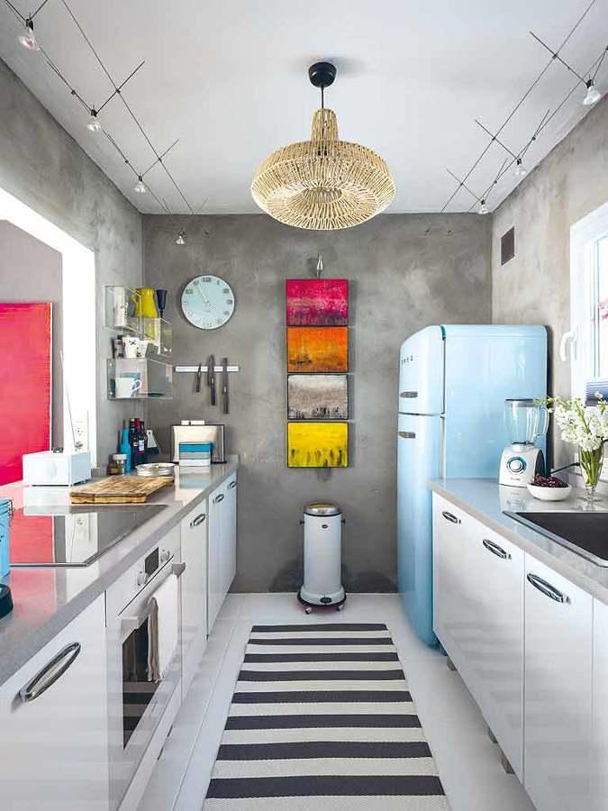 Cocina con paredes revestidas de microcemento