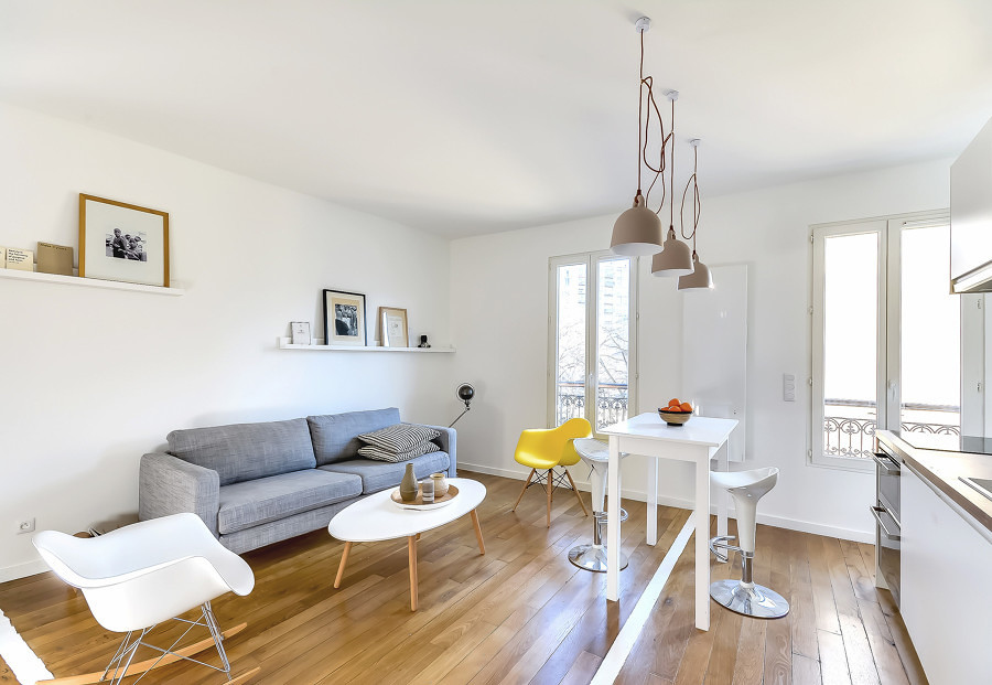 Sala conectada a la cocina con piso de madera