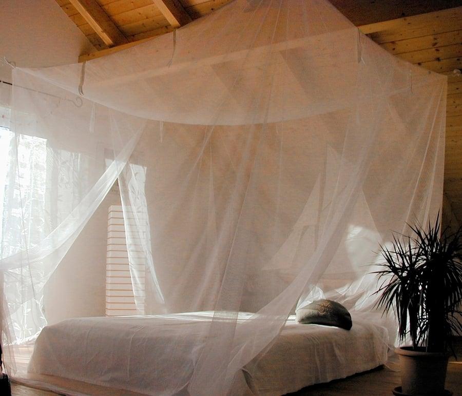Foto cama con mosquitero colgado del techo 238775 for Mosquiteras para camas