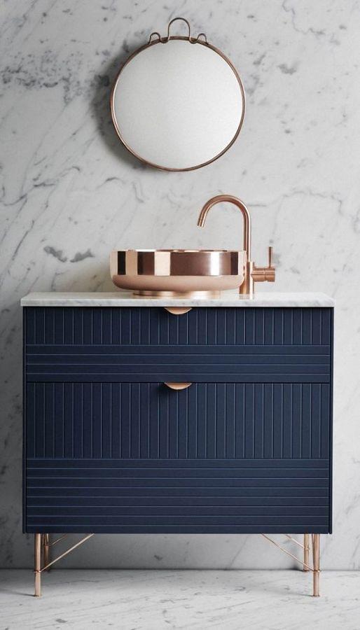 Gabinete azul en el baño