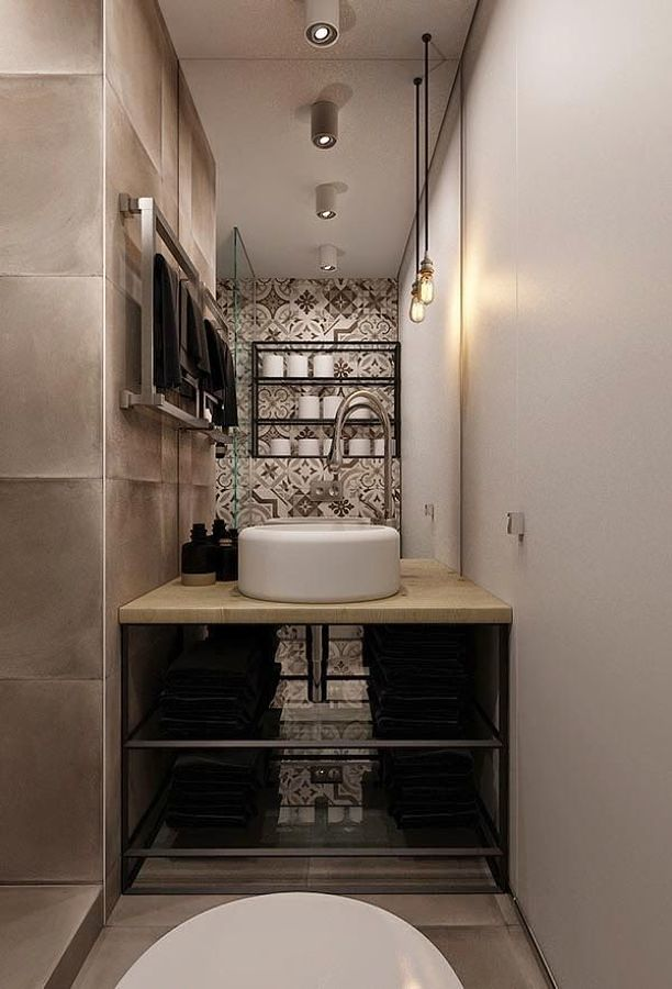 Baño estilo industrial con azulejos en la pared