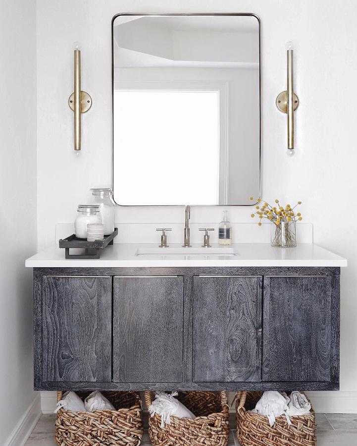 Mueble de madera debajo del lavabo