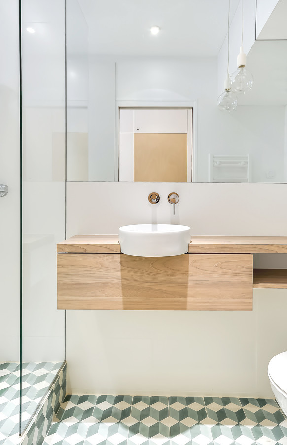 Mueble de madera con lavabo suspendido