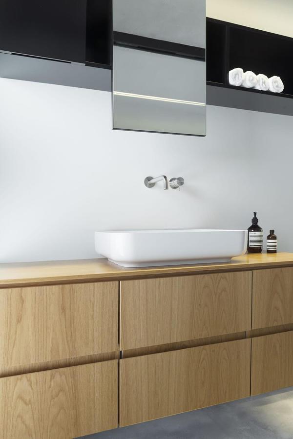 Gabinete de madera con cajones en el baño