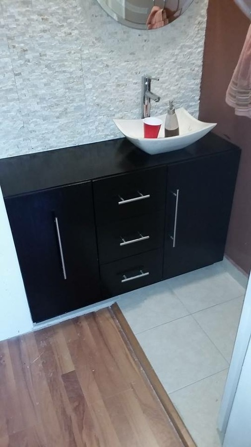 Foto mueble para ba o y asentar el lavabo de closets y for Muebles bano para encastrar lavabo