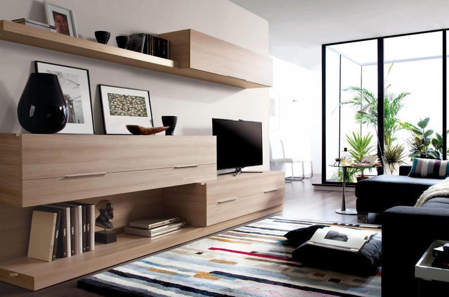Sala con mueble de madera y sofá en forma de L