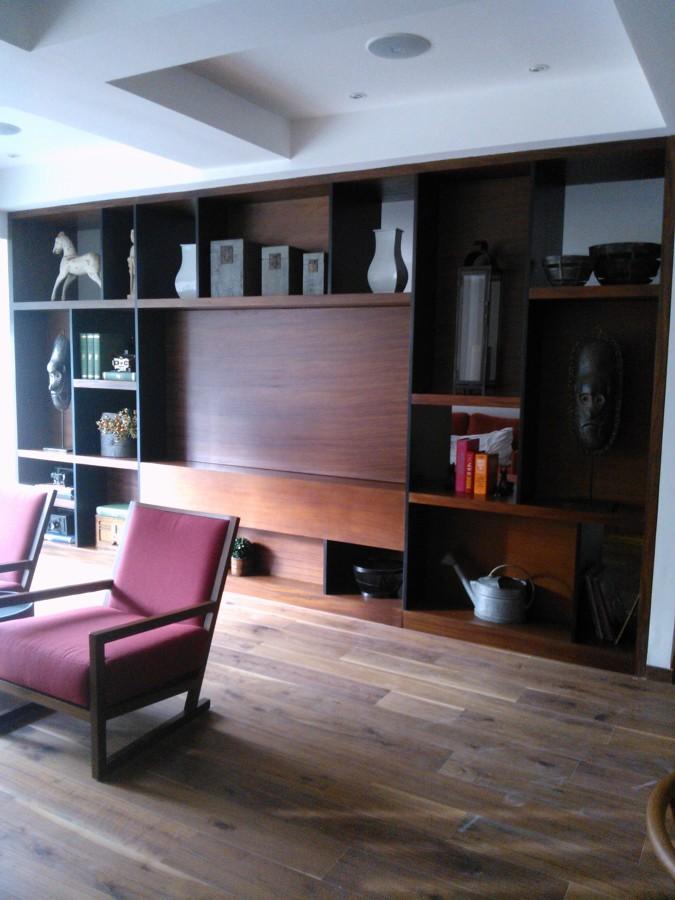 Foto mueble tv con pantalla giratoria en madera de parota for Diseno de muebles de madera gratis
