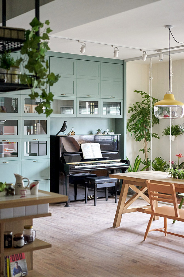 Casa decorada con muebles color Greenery y plantas