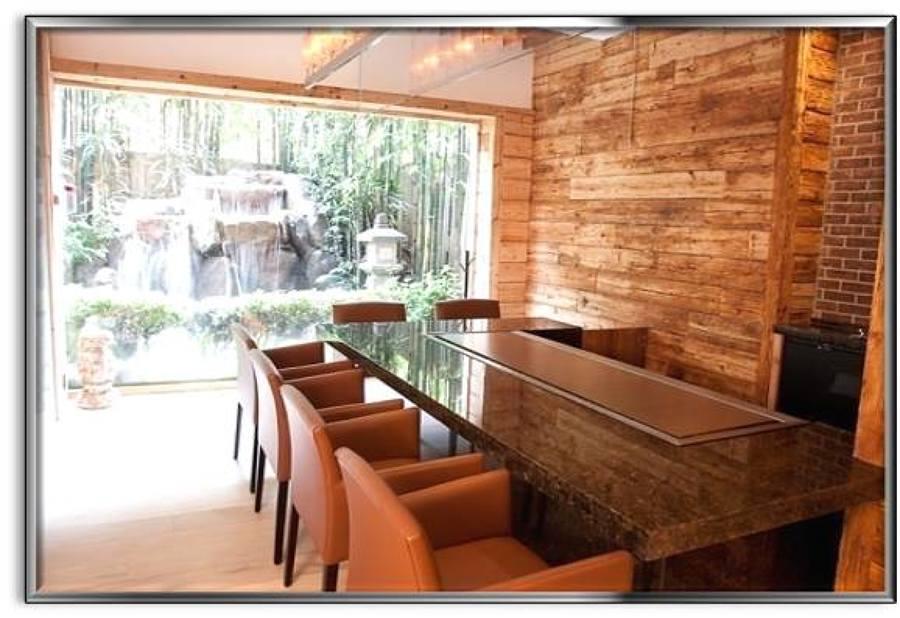muro forrado con madera reciclada