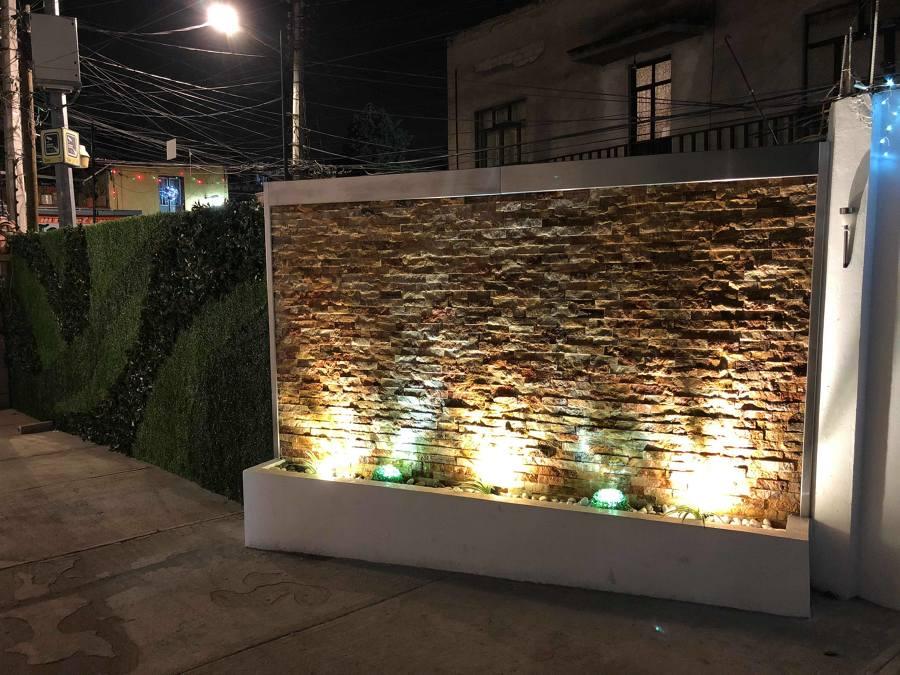 Muro terminado con iluminación y decoración.