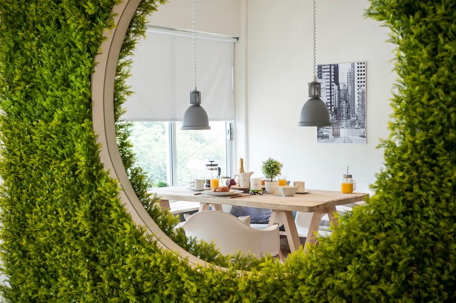 Muro verde con espejo