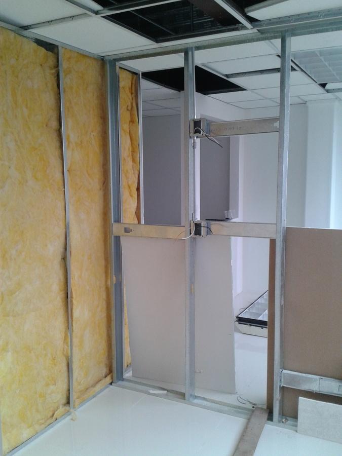 Foto muros a base de paneles de yeso con intermedio de for Paneles de fibra de vidrio
