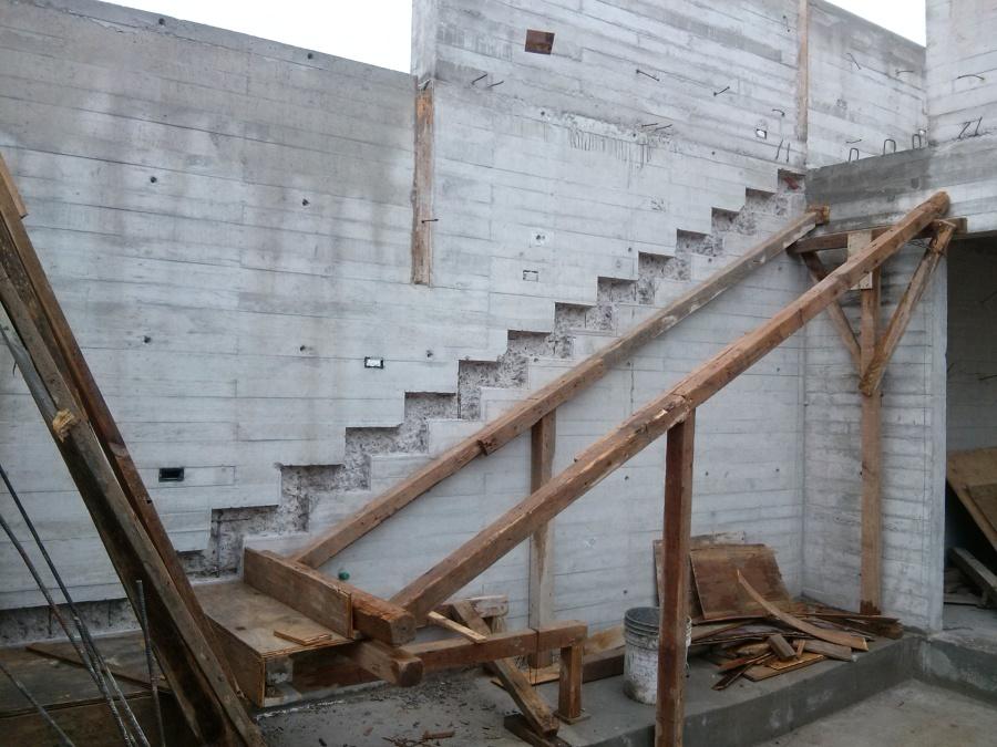 Foto muros y construccion de escalera empotrada de mlm for Construccion de escaleras de concreto armado