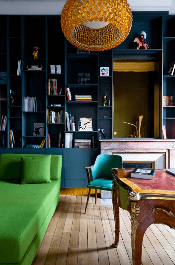 Espacio decorado con negro y Greenery