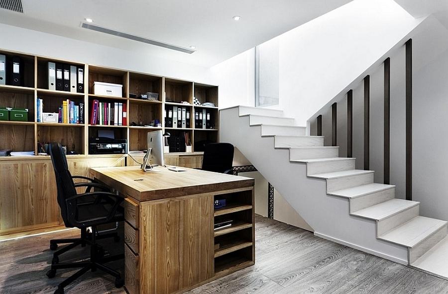 Oficina instalada en el sótano
