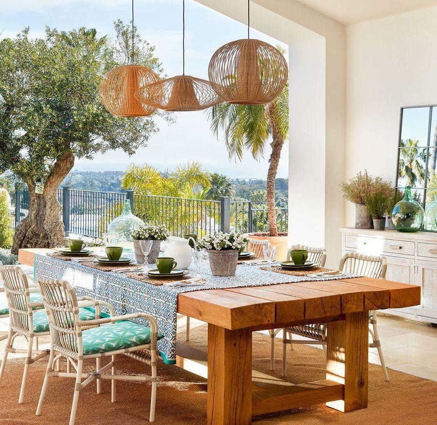 Comedor en la terraza decorado con plantas