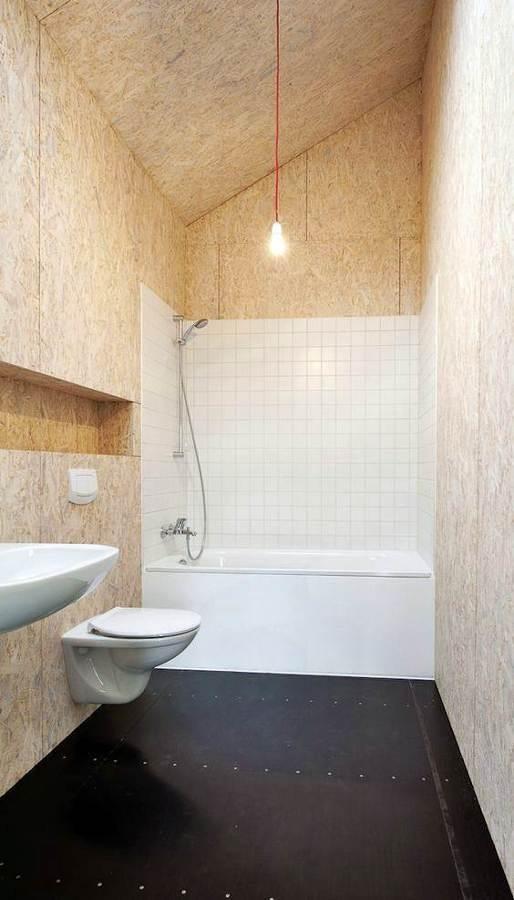 Baño revestido de madera OSB