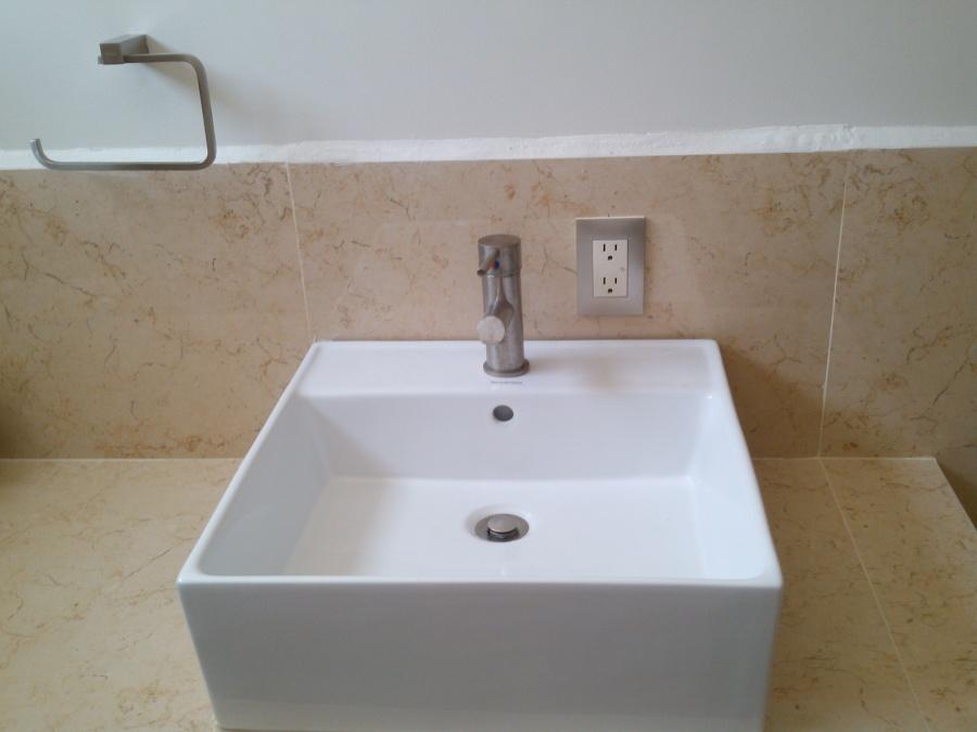Ovalin y monomando en baño