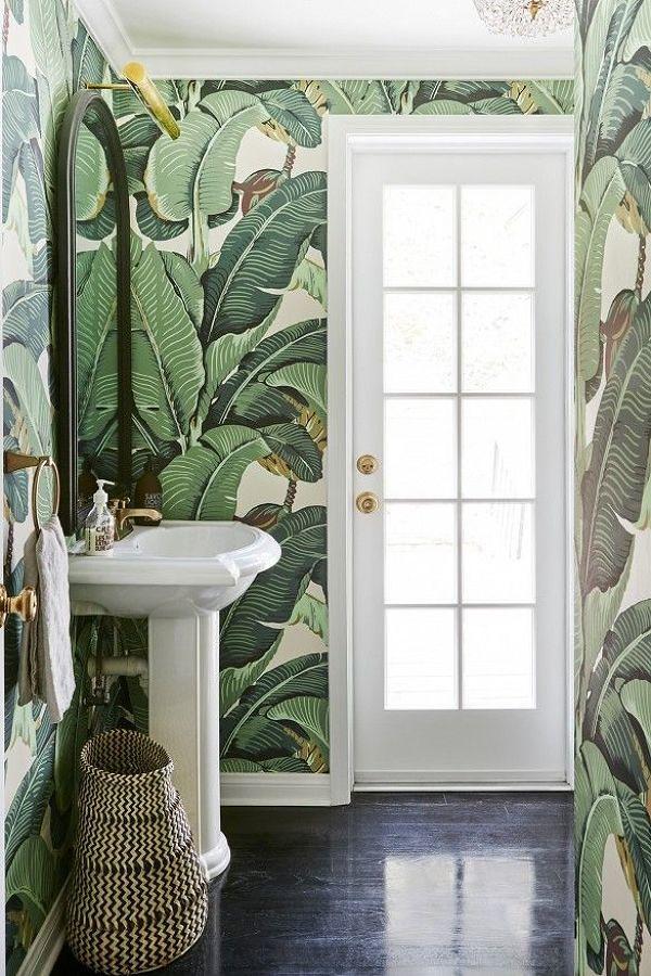 Baño con papel tapiz de plantas