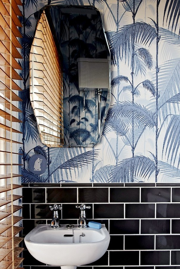 Baño revestido con papel tapiz