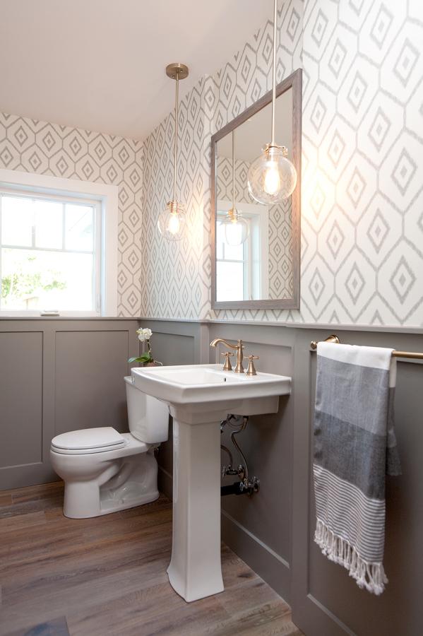 Papel tapiz en paredes del baño