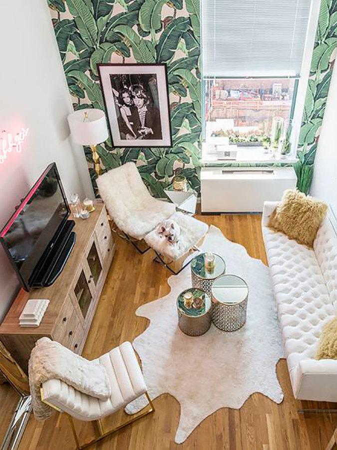 Sala con papel tapiz de hojas