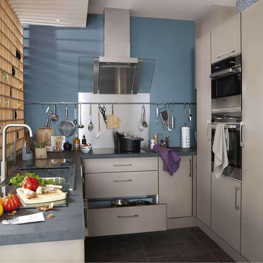 Pared color azul grisáceo en cocina