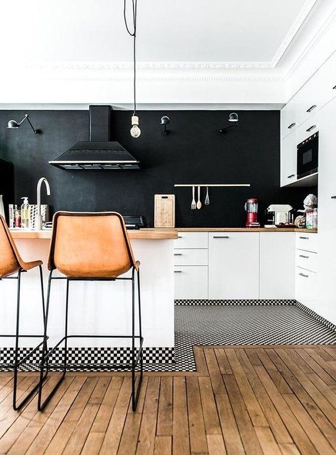 Cocina decorada con paredes negras