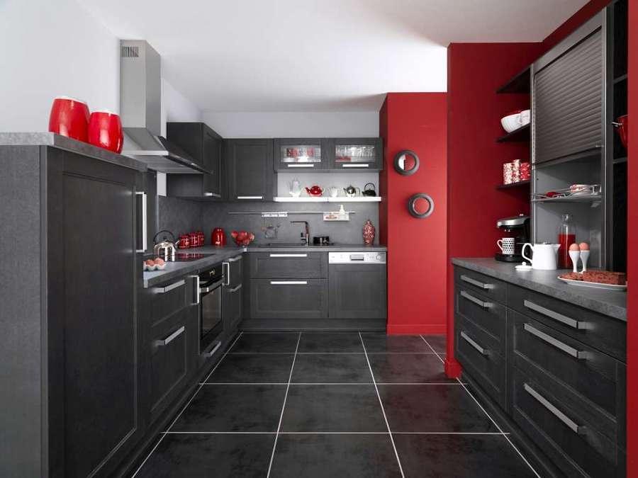 Cocina con muebles negros y paredes rojas