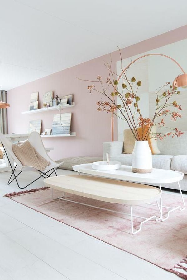 Sala con pared pintada de rosa