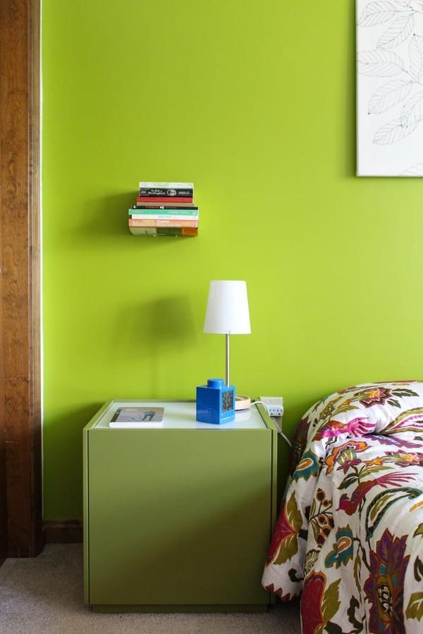 Recámara con pared pintada de Greenery