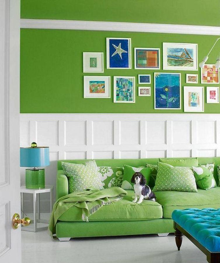 Sala con paredes pintadas en Greenery