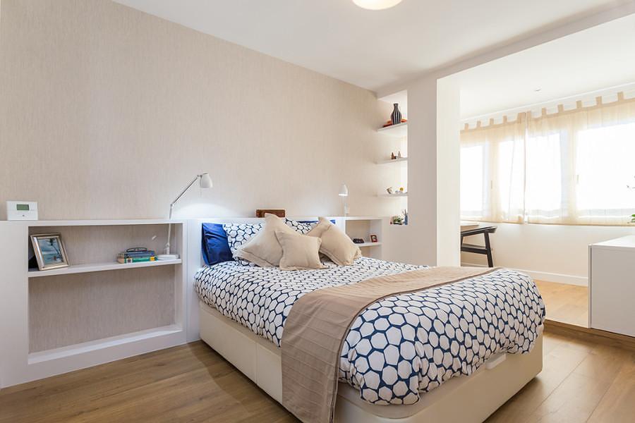 cuarto con piso de madera de parquet