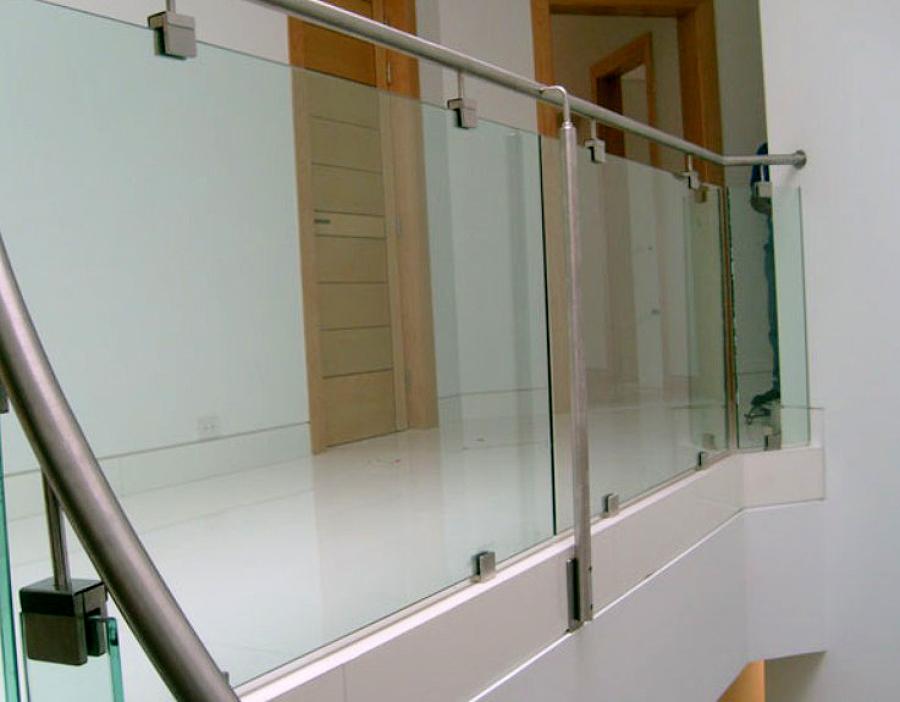 Pasamanos de acero inoxidable con conectores y vidrio templado