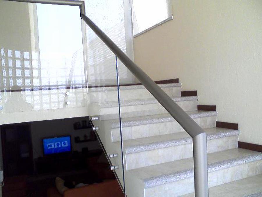 Pasamanos de aluminio con vidrio templado y conectores de acero inoxidable