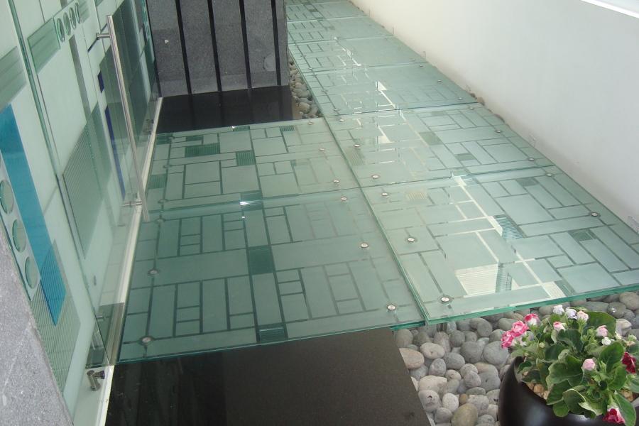 Pasillo de cristal templado-laminado decorado