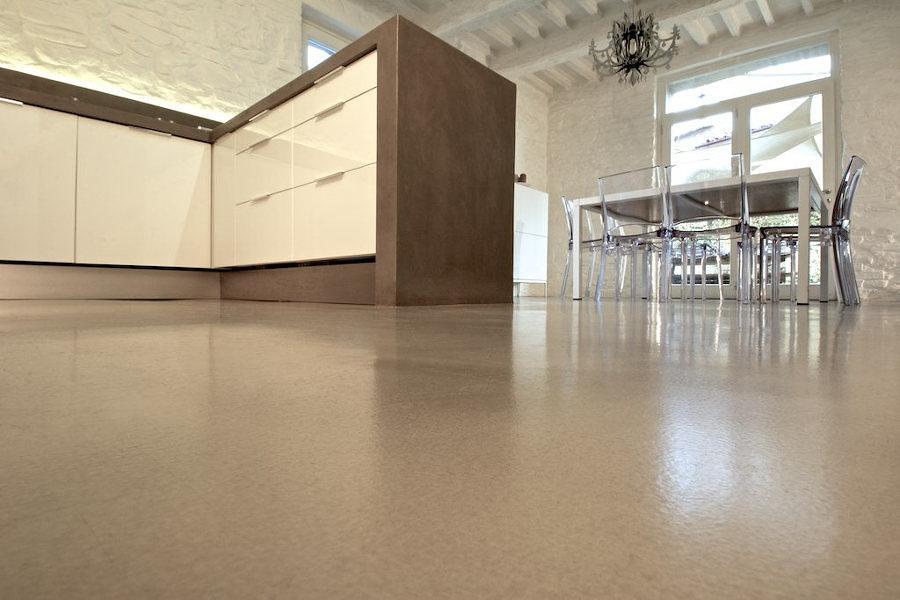 Cocina con piso de resina epóxica