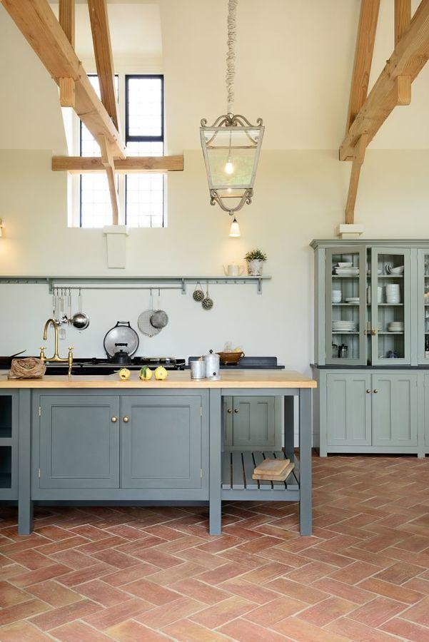 Cocina con piso de terracota
