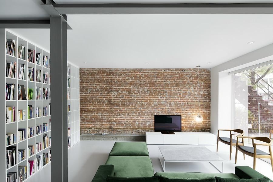 Sala con piso de resina epóxica y pared de ladrillo