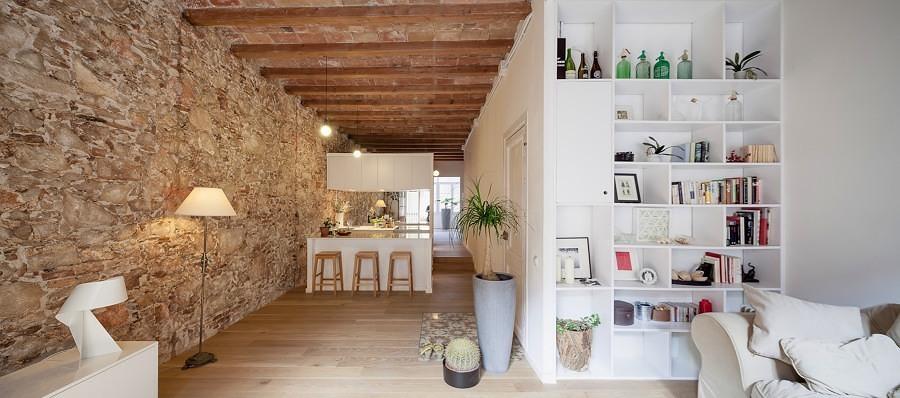 casa con pared de piedra