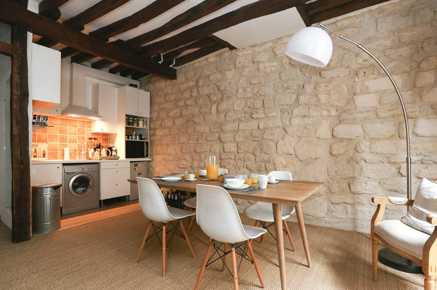 Cocina con pared de piedra natural