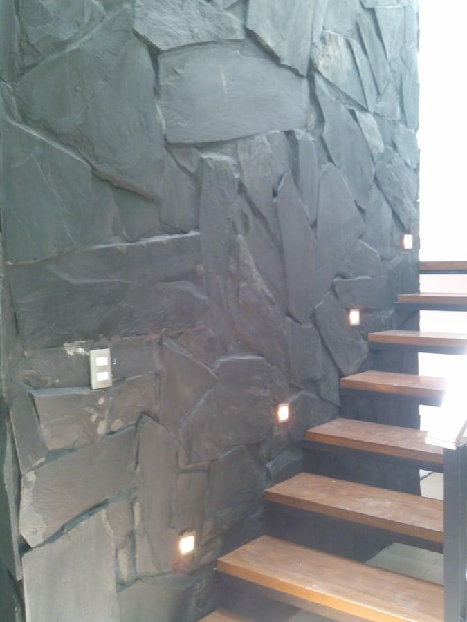 Piedra pizarra negra en escalera