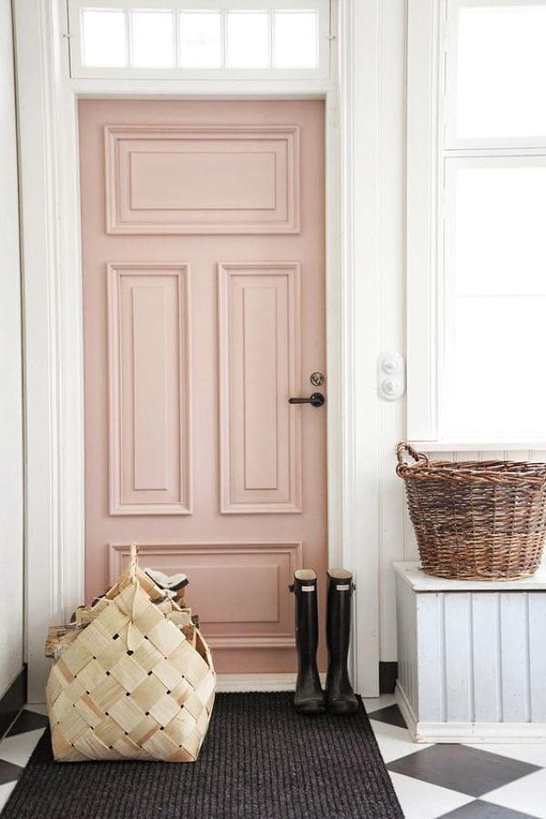 Puerta pintada de rosa
