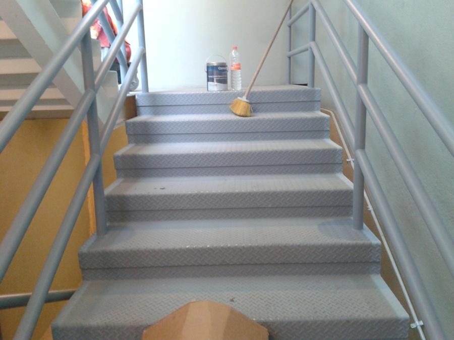 Foto pintura de esmalte en escaleras metalicas de for Escaleras metalicas