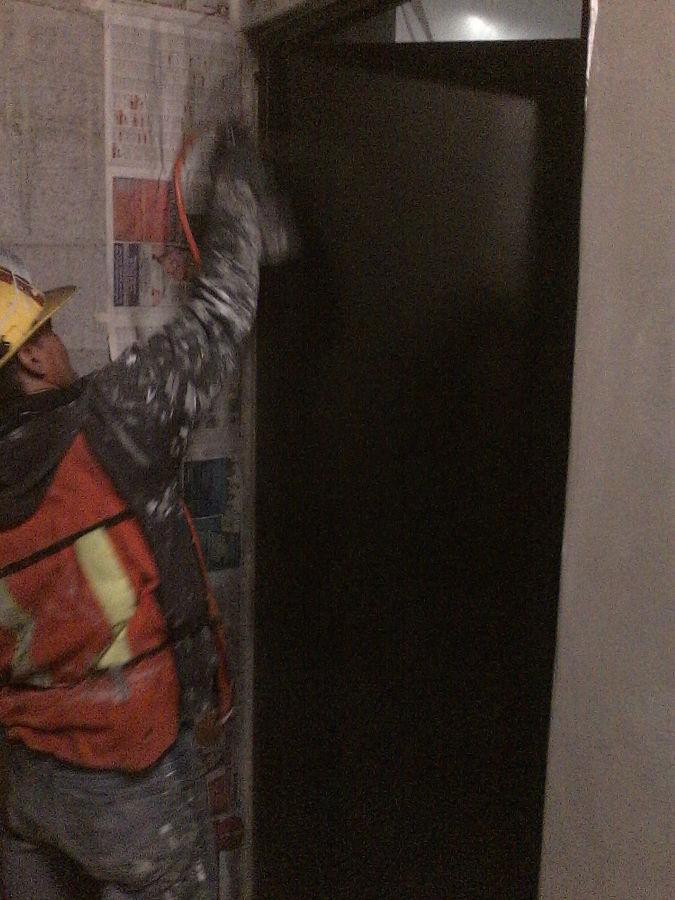 foto pintura de esmalte en puertas de trabajaos de